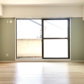 リビングはグリーンのアクセントクロス◎窓からの日差しが気持ちいいですね。