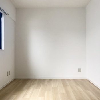 7.5帖のお部屋は長方形タイプ。真っ白なんです。
