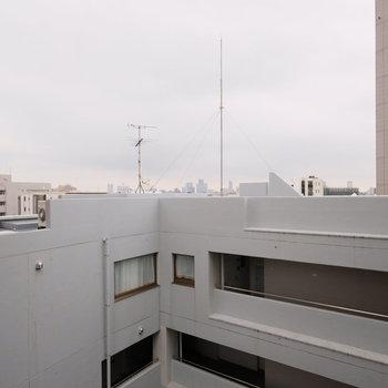 眺望はビルの間を抜けて、奥には渋谷のビル群が見えます。そしてなんと・・・