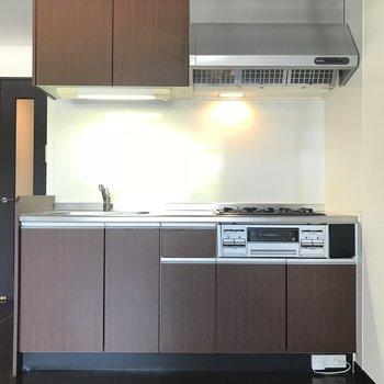 キッチンは温かみのあるブラウンカラー◎(※写真は2階の同間取り別部屋のものです)