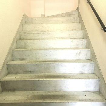 エレベーターは付いていないので階段で!
