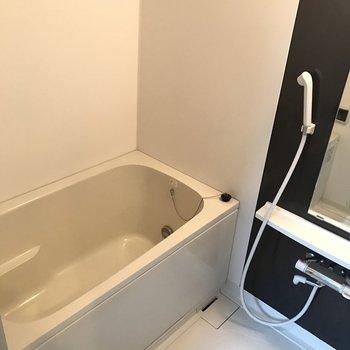 お風呂は一人で入るには十分な広さ◎(※写真は2階の同間取り別部屋のものです)