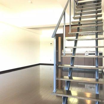 階段を上ると・・・(※写真は2階の同間取り別部屋のものです)