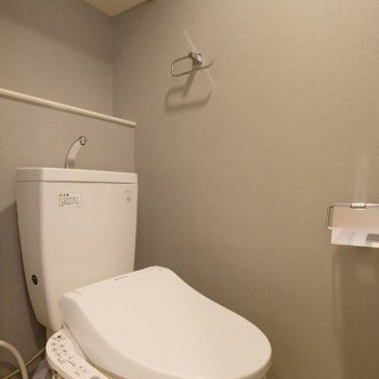 ウォシュレットトイレもグレーのアクセントクロスで統一感を