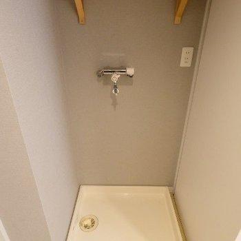 洗濯パン置き場の上には造作棚がついていて便利