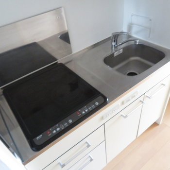 キッチンはIHの2口コンロ(※写真は10階の同間取り別部屋のものです)