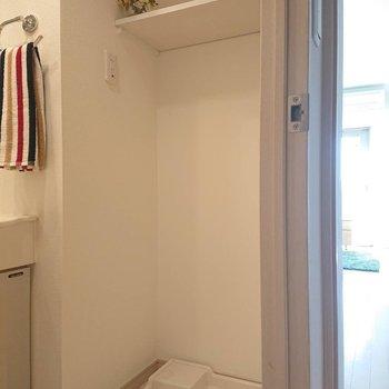 洗濯機置場上にも収納◎※写真の家具はサンプルとなります