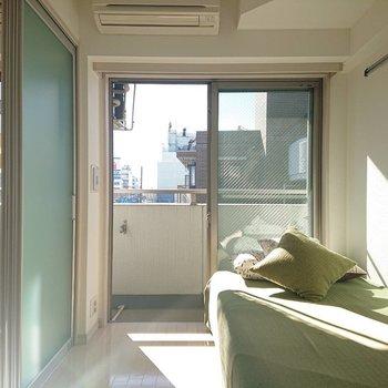 洋室にもしっかり大きな窓が※写真の家具はサンプルとなります