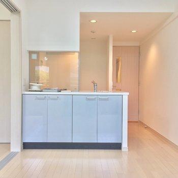 憧れの・・・対面キッチン!※写真は前回募集時・クリーニング前、3階の反転間取り別部屋のものです