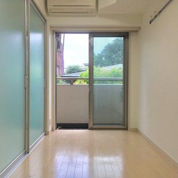 続いてお隣の洋室。引き戸でDKとは仕切られます※写真は前回募集時・クリーニング前、3階の反転間取り別部屋のものです