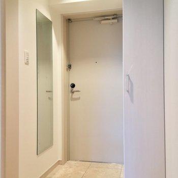 玄関もスペースいい感じ。全身鏡でお出かけ前の最終確認を!※写真は前回募集時・クリーニング前、3階の反転間取り別部屋のものです