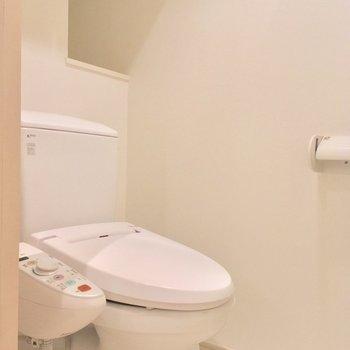 トイレも個室!ウォシュレット付いてまっせ〜※写真は前回募集時・クリーニング前、3階の反転間取り別部屋のものです