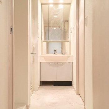 今度はサニタリー。独立洗面台が立派じゃ!左手には洗濯機置場も※写真は前回募集時・クリーニング前、3階の反転間取り別部屋のものです