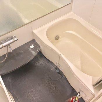 バスルームもゆったり贅沢に!※写真は前回募集時・クリーニング前、3階の反転間取り別部屋のものです