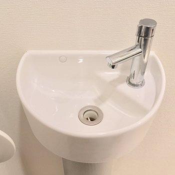 専用の手洗い場もあるんデス※写真は前回募集時・クリーニング前、3階の反転間取り別部屋のものです