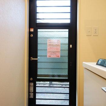 玄関扉は窓としても使えます!※写真は1階の同間取り別部屋です。