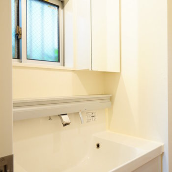 洗面台がとてもゆったり!※写真は1階の同間取り別部屋です。