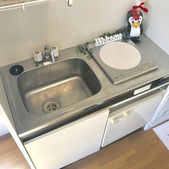 キッチンはコンパクトだけれど冷蔵庫付き!