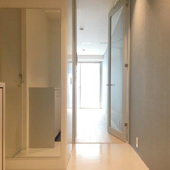 こちらが玄関。リビングとのコントラストが楽しめるつるっとした床。※写真は前回募集時のものです