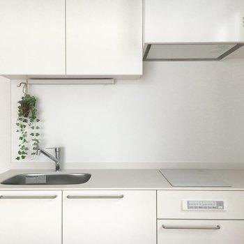 キッチンは真っ白IHです。※写真は前回募集時のものです