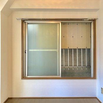 こちら側の窓は、建物の前なので光は入りません