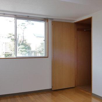 【北側洋室】窓は西を向いています。