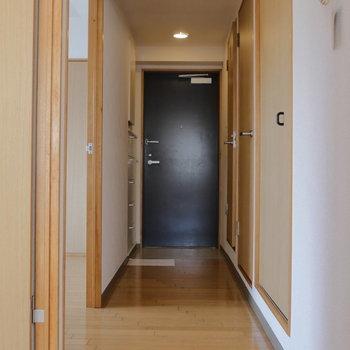 玄関は廊下の先に。