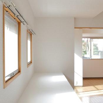 【リビング】たくさんの窓に囲まれて。