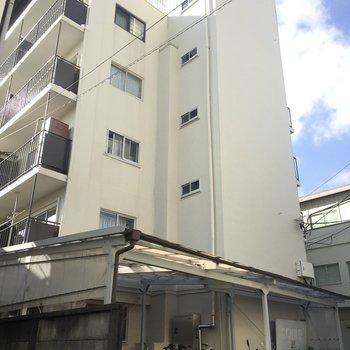 5階建てのアパートです。