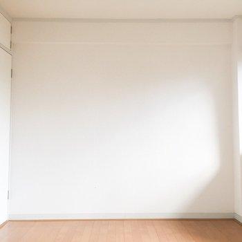 奥のお部屋です。こちら側にも小窓があります。※写真はクリーニング前のものです。