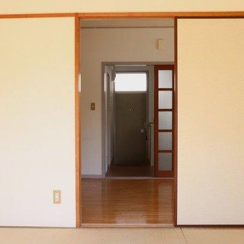 【和室】テラス側から見ると。正面は玄関