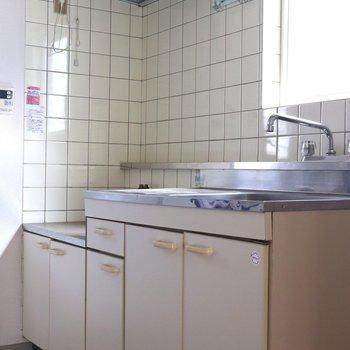 白いボードのキッチン