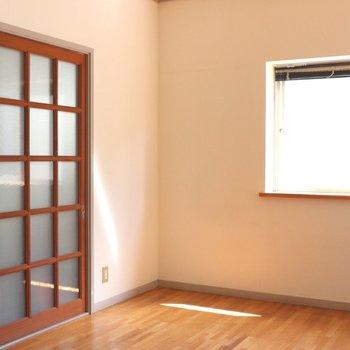 【洋間】白い壁が目立ちます。左のガラス格子戸はキッチンルームとの仕切り