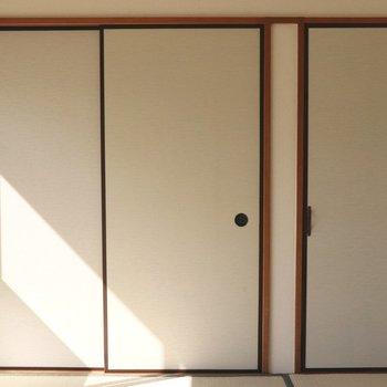 【和室】左は襖の押入れ。右は開き戸の押入れ
