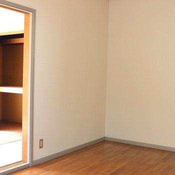 【洋間】和室を見ると明るいですね。