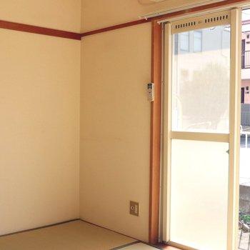 【和室】明るい日差しで白い壁が映えます