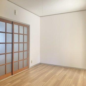 【洋室】窓はありませんが、光が差し込みます。