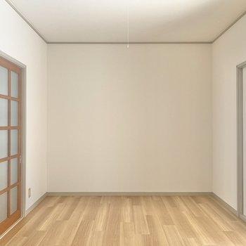 【洋室】白と茶色で落ち着きのある内装。