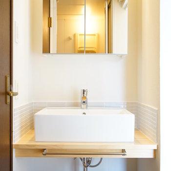 【イメージ写真】洗面台のミラーはこちらの収納タイプになります。