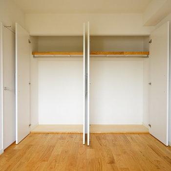【イメージ写真】リビングの収納は大きく2つ!※扉は折戸になりますので、よりコンパクトに。