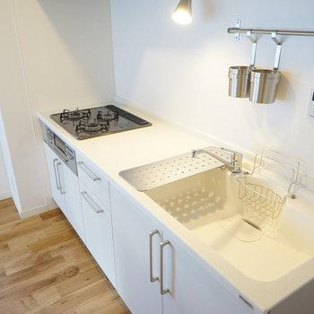 【イメージ写真】無垢床にぴったりな白い人工大理石のキッチン!3口ガスコンロで広々と