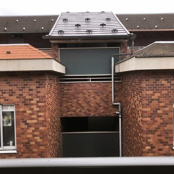 ベランダからの眺望。隣のアパートが見えます。