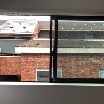 窓からの景色はあまり良くないけど、お気に入りのカーテンを吊るしちゃいましょう!