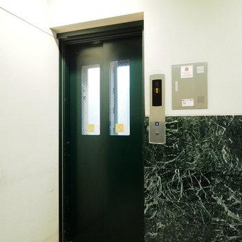エレベーターはコンパクト