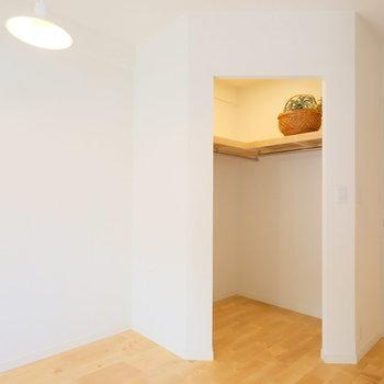 このペンダントライトは寝室に合いそう。奥にはウキウキするような収納が!