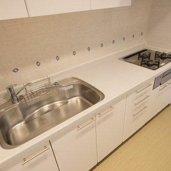 キッチンはコンロ、シンク、作業場どれをとっても大きく使いやすそうですね!