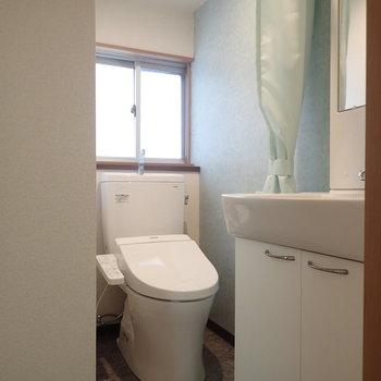 脱衣所スペースのトイレ。爽やかなブルーがgood!