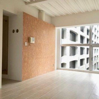 窓にはちゃんとブラインドつき。※写真は5階の反転間取り別部屋です。