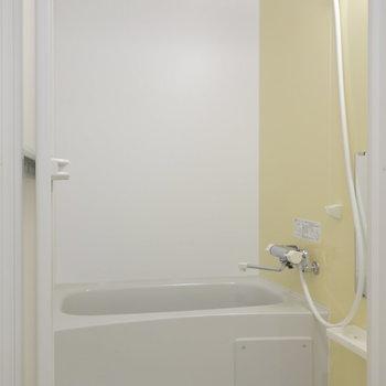 浴室も黄色いアクセント。