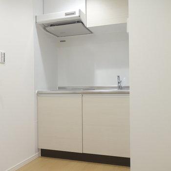 キッチンは玄関と繋がるホールのよう。